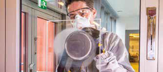 Pour supprimer les rayures du verre, utiliser un Abranet Sic P180 et une polisseuse rotative Mirka PS 1437